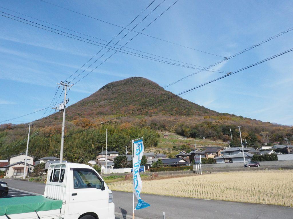 飯野山の麓です